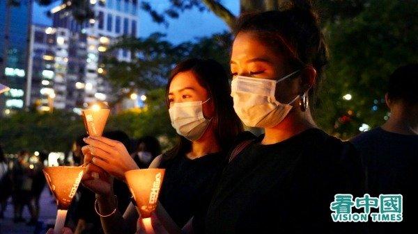 Năm nay là năm thứ 31 kỷ niệm Lục Tứ, người dân Hồng Kông không sợ lệnh cấm, kiên trì đến Công viên Victoria để thắp nến tưởng niệm.