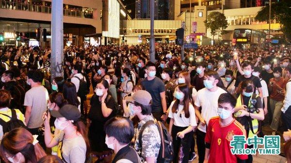 Tối ngày 6/9, hàng nghìn người Hồng Kông trên xuống đường phố ở Trung Hoàn diễu hành để kỷ niệm tròn một năm phản đối Dự luật Dẫn độ. Cuộc diễu hành sau đó đã bị cảnh sát dùng vũ lực xua đuổi. (Ảnh: Bàng Đại Vệ / Vision Times).