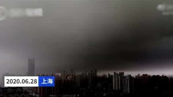 Lúc 1 giờ chiều ngày 28/6, bầu trời thành phố Thượng Hải đột nhiên tối sầm. (Ảnh cắt từ video).