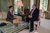 Ngày 21/7 Ngoại trưởng Mỹ Pompeo (phải) đã gặp cựu chủ tịch tổ chức Demosistō Hồng Kông La Quán Thông (trái), cùng trao đổi về tình hình ở Hồng Kông sau khi ĐCSTQ thúc đẩy Luật An ninh Quốc gia.