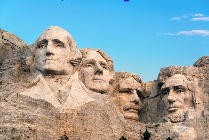 Núi Rushmore nổi tiếng của Mỹ, từ trái qua phải là các cựu Tổng thống Mỹ: George Washington, Thomas Jefferson, Theodore Roosevelt và Abraham Lincoln. (Ảnh: Jess Kraft / Shutterstock).