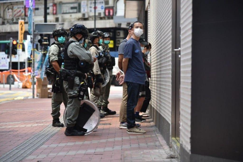 Cảnh sát bắt giữ người biểu tình Hồng Kông hôm 1/7.