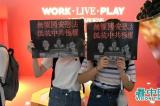 Ban Thường vụ Nhân đại Trung Quốc hôm qua (30/6) đã thông qua Luật An ninh Quốc gia tại Hồng Kông, và thực thi vào ngày vào ngày kỷ niệm 1/7, người Hồng Kông phẫn nộ phát động diễu hành phản kháng! Hình ảnh tại trung tâm mua sắm Hysan tại Vịnh Đồng La. (Ảnh: Vision Times)