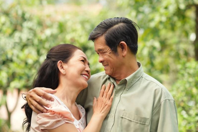 """8 cái """"thiếu"""" trong đời sống của các cặp vợ chồng sau 50 tuổi"""
