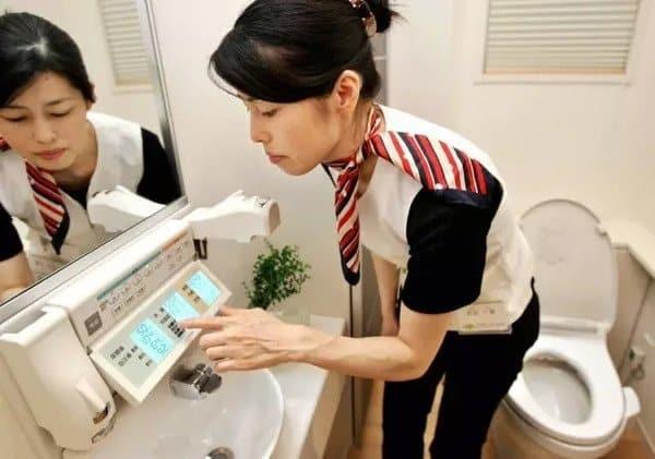 Ở Nhật, người ta dùng những trình tự khác nhau để làm sạch nhà vệ sinh, dùng nhiều công cụ tùy theo loại chất bẩn.