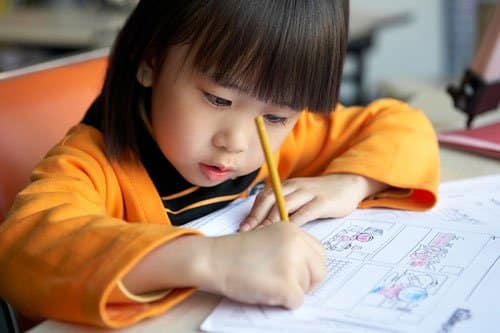 trẻ ngồi học
