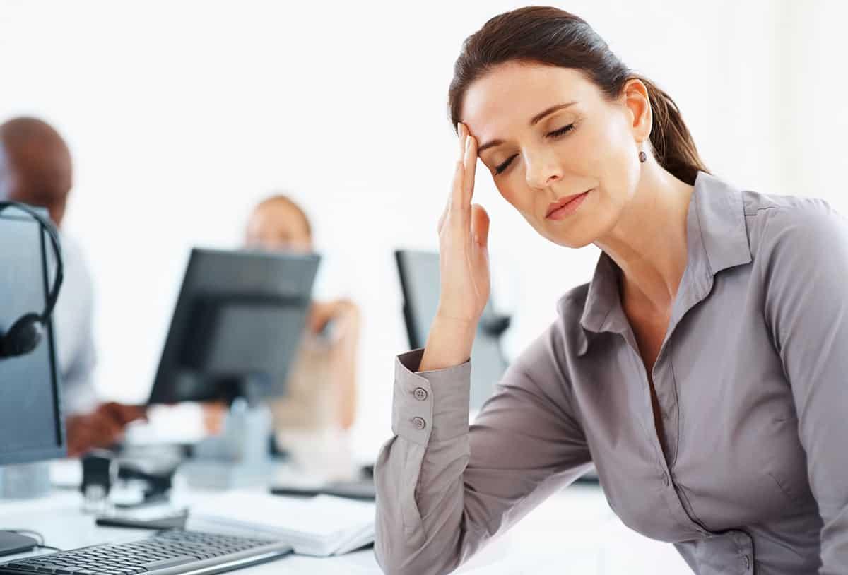 Nữ doanh nhân mệt mỏi vì công việc căng thẳng