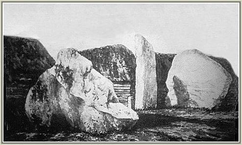 Ba khối đá tạo nên Khung tò vò trong vòng tròn nhỏ của Vòng tròn đá Avebury. Năm 1828, một khối đá trong đó bị cho nổ bằng thuốc súng do nó chắn giữa lối cổng vào, nên hiện nay chỉ còn 2 khối đá. (Ảnh: avebury-web.co.uk)