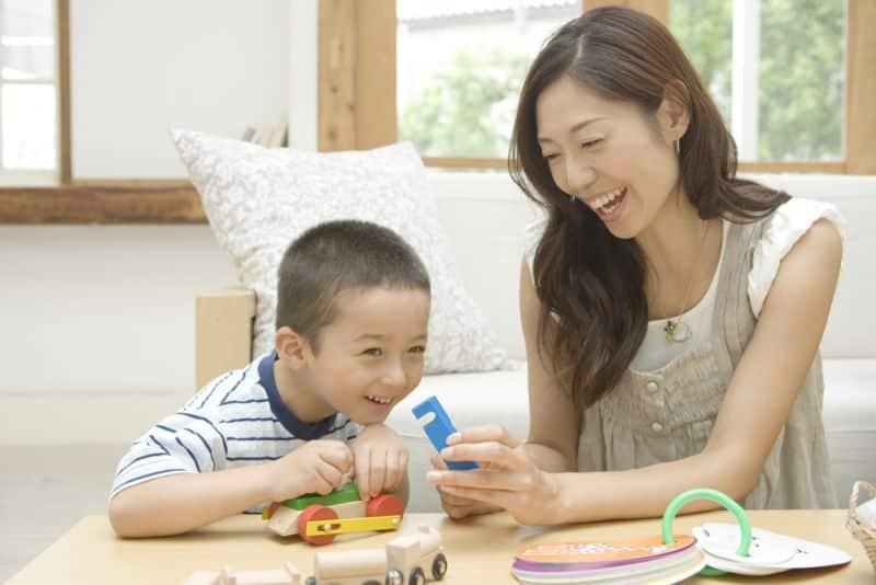 cha mẹ giúp đỡ con, dạy con tự tin