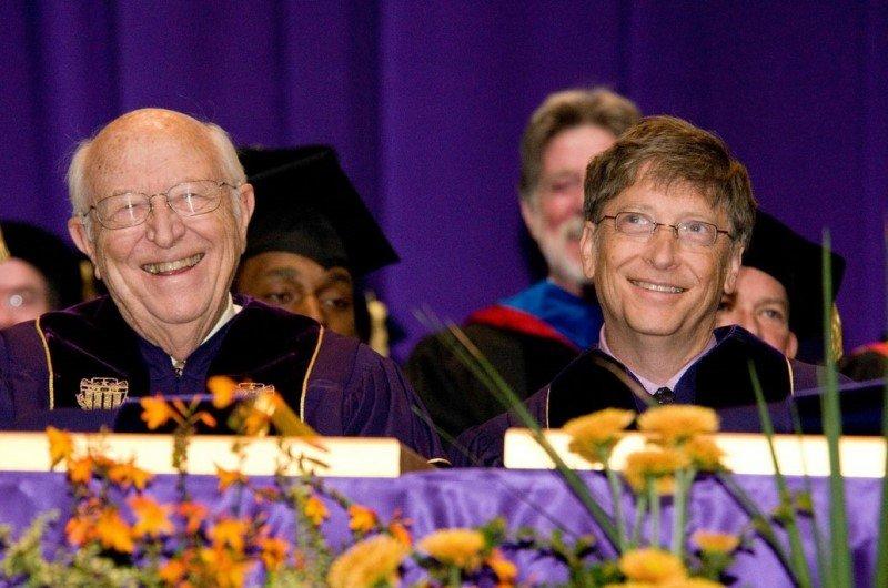 Hai cha con tỷ phú Bill Gates trong một buổi hội thảo về giáo dục. (Ảnh: geekwire.com)