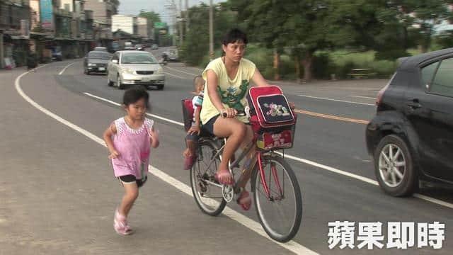Xúc động bé gái 5 tuổi chạy bên xe đạp mẹ mỗi ngày