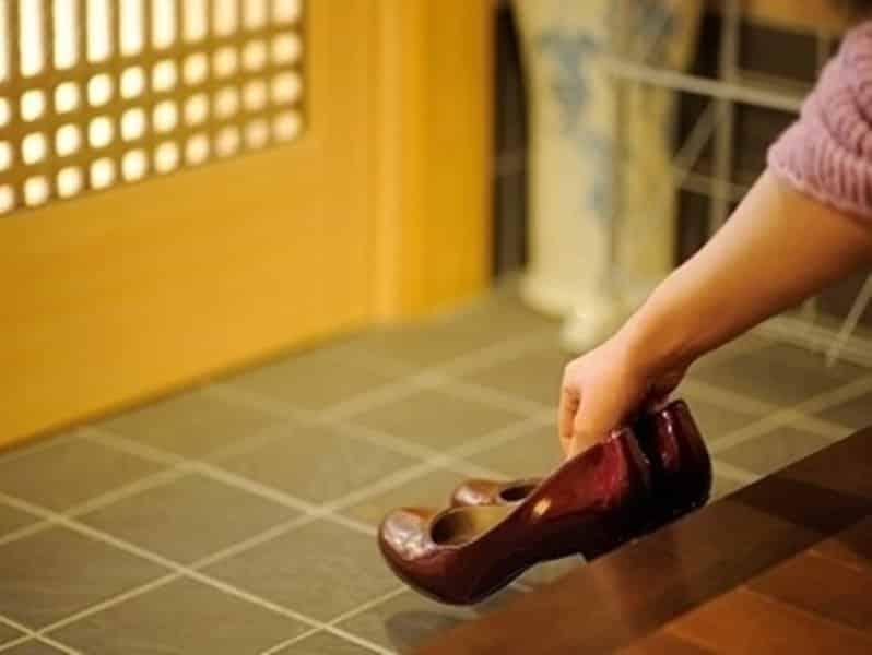 Kết quả hình ảnh cho người nhật phải cởi giày