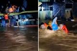 Quảng Bình: Thót tim cảnh giải cứu 20 người trên xe khách bị lũ cuốn trôi
