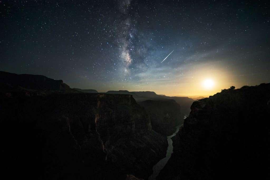 Cơn mưa sao băng trên đại vực Grand Canyon, Mỹ. (Ảnh: Harun Mehmedinovic và Gavin Heffernan/SKYGLOW)