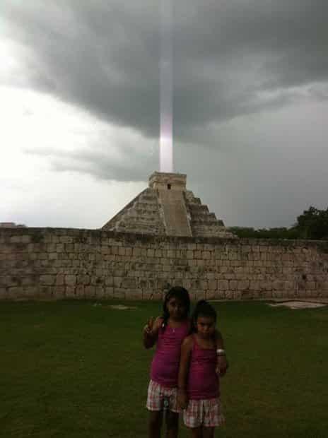 """Chùm sáng phát ra từ đỉnh Kim tự tháp """"El Castillo"""" ở bán đảo Yucatan, Mexico. (ảnh: Petapixel)"""