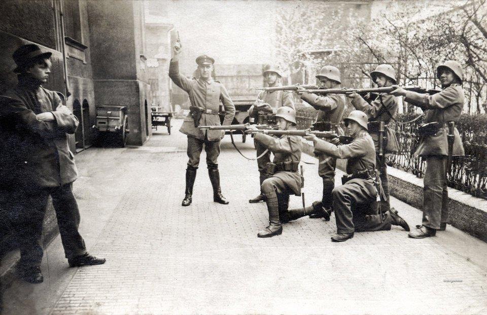 Năm 1919, quân cảnh tại Munich (Đức) chĩa súng vào người dám chống lại Chính phủ ngay trên đường phố.