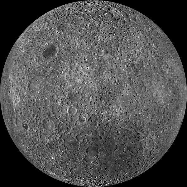 … so sánh với bề mặt không nhìn thấy được của Mặt Trăng nếu quan sát từ Trái Đất (Ảnh: NASA/GSFC/Arizona State University)
