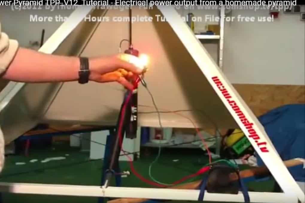 Máy phát điện miễn phí từ mô hình kim tự tháp của Thomas Trawöger có thể cấp điện cho quạt và bóng đèn (ảnh: youtube)