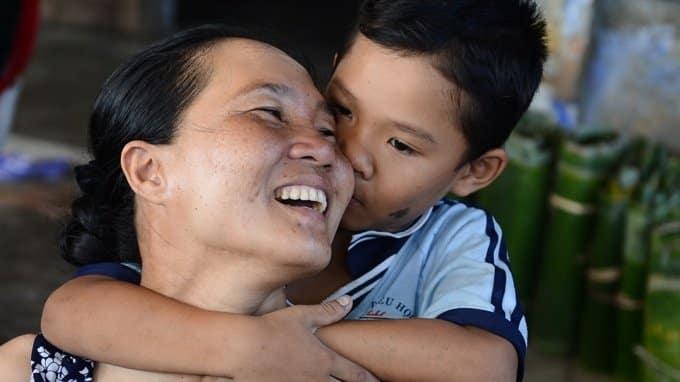 Kết quả hình ảnh cho mẹ ôm con trai