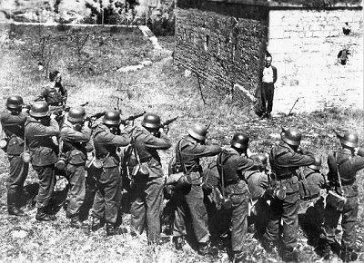 Đội hành quyết của quân Đức hành quyết một người chống đối vào năm 1944.