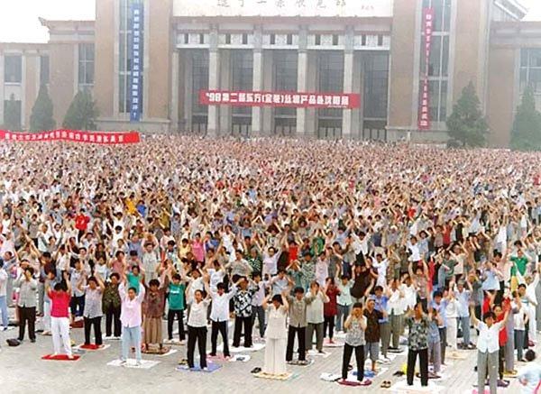 Nhìn lại 15 năm chuỗi sự kiện chèn sóng truyền hình gây chấn động Trung Quốc