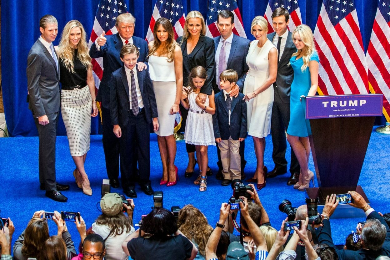 tỷ phú Donald Trump, From left, Eric Trump, Lara Yunaska Trump, Donald Trump, Barron Trump, Melania Trump, Vanessa Haydon Trump, Kai Madison Trump, Donald Trump Jr., Donald John Trump III, Ivanka Trump, Jared Kushner and Tiffany Trump appear on stage after Donald Trump announced his candidacy for presidency at Trump Tower on June 16, 2015 in New York.