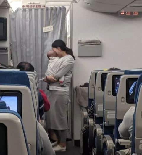 Hành động của người mẹ trên máy bay khiến hành khách cảm động