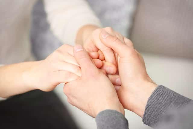 Ai cũng cần một cái nắm tay...