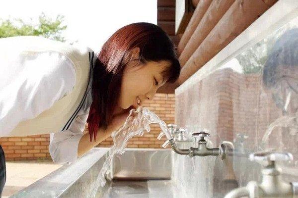 Khắp nơi trên đường phố Nhật đều có thể nhìn thấy các vòi nước uống trực tiếp để mọi người giải khát.