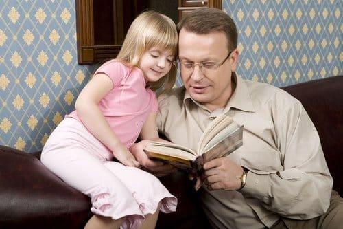 Kết quả hình ảnh cho ông đọc sách cho cháu