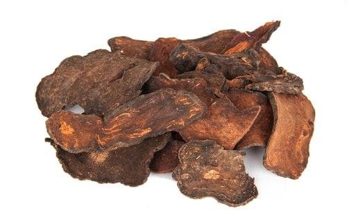 Củ hà thủ ô thường bán dưới dạng đã phơi khô và được cắt lát. Hà thủ ô chất lượng tốt có mầu nâu đỏ. (Ảnh: Shutterstock)