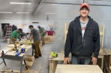 Thầy giáo Mỹ đóng miễn phí 2020 chiếc bàn tặng học sinh nghèo
