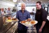 'Nghiện' bánh mì bò, khách 'sộp' tặng người nghèo 4000 bánh làm quà năm mới