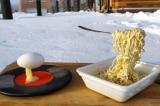 Mì và trứng lơ lửng trong băng giá -45 độ ở Siberia