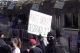 """Antifa giơ bảng """"Ashli Babbitt chết đáng đời"""" tại bãi biển San Diego"""