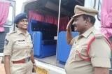 Sĩ quan cảnh sát Ấn Độ chào con gái có chức vụ cao hơn mình