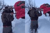 Binh sĩ Ấn Độ khiêng sản phụ 2 km đến bệnh viện vì tuyết quá dày