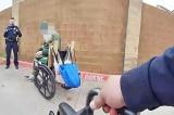Cảnh sát Mỹ mua xe lăn mới cho một người vô gia cư xa lạ