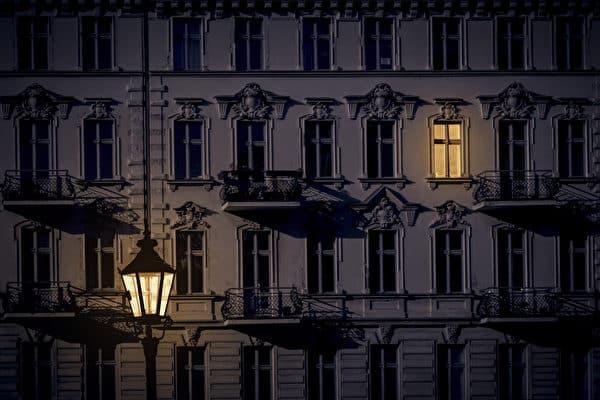 唯一亮着的窗户。(shutterstock)