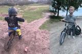 Bé 2 tuổi gây ấn tượng với khả năng đạp xe địa hình