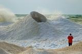 """""""Núi lửa băng"""" phun nước ở Kazakhstan thu hút lượng lớn du khách"""