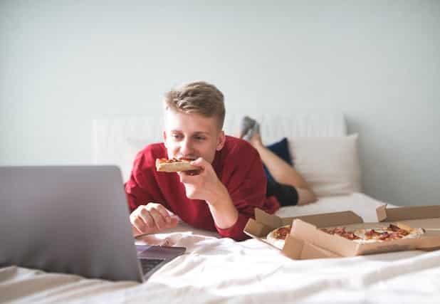 vừa ăn vừa dùng laptop
