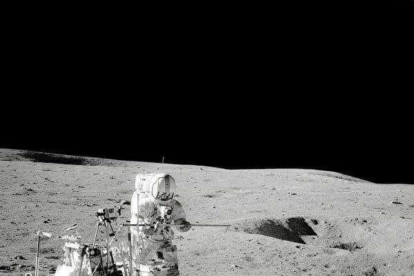 Người đầu tiên chơi golf trên Mặt trăng