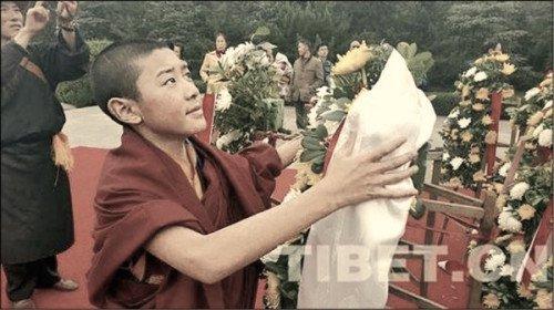 """Lễ mãn khóa """"Lớp bồi dưỡng Phật sống Tây Tạng"""" gây tranh luận khi nhà sư bị yêu cầu lạy tượng Mao Trạch Đông (Ảnh: Internet)."""