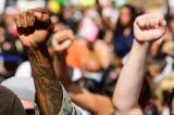 """Giới chức giáo dục thúc đẩy """"thức tỉnh"""" và các chính sách cánh tả tại trường học khắp nước Mỹ"""