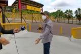 Phóng viên truyền hình Ecuador quay trực tiếp tên cướp có súng