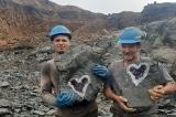 Cắt đá, thợ mỏ bất ngờ phát hiện vỉa thạch anh tím hình trái tim