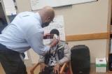 Thầy hiệu trưởng tâm lý giúp nam học sinh cắt lại mái tóc mới