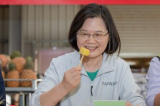 Tổng thống Thái Anh Văn: Vui vẻ ăn dứa, càng ăn càng sung túc