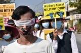 Người biểu tình Myanmar treo quần áo phụ nữ để ngăn cản cảnh sát